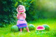 image fillette qui mange de la pastèque